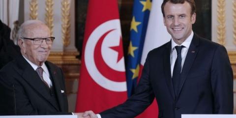 Brigitte Macron en rouge et blanc au centre d'El-Menzah 6 — Tunisie
